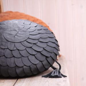 Pineconepillow kottekudde svart
